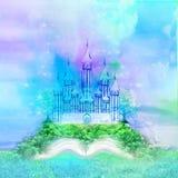Castelo feericamente que aparece do livro Fotos de Stock Royalty Free