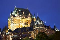 Castelo Frontenac iluminado no crepúsculo, Cidade de Quebec imagens de stock