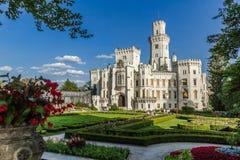 Castelo Hluboka com parque francês fotos de stock royalty free