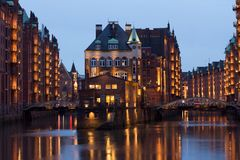 Castelo iluminado da ?gua no distrito velho do armaz?m de Hamburgs imagem de stock
