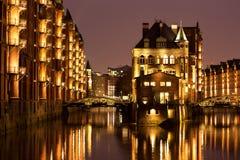 Castelo iluminado da ?gua no distrito velho do armaz?m de Hamburgs fotografia de stock