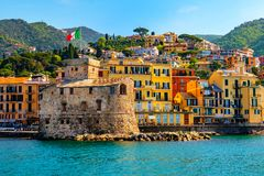 Castelo italiano pelo mar Castello di Rapallo na área italiana de riviera Portofino - Genebra - Liguria - Itália foto de stock