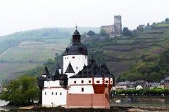 Castelo medieval ao longo do Rhine River em Alemanha Foto de Stock