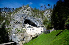 Castelo medieval construído na montanha Predjama, Eslovênia Fotografia de Stock Royalty Free