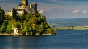 Castelo medieval de Dunajec em Niedzica pelo lago Czorsztyn, Polônia filme