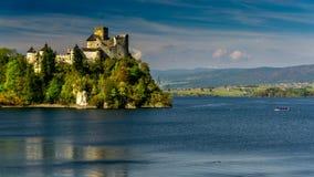 Castelo medieval de Dunajec em Niedzica pelo lago Czorsztyn, Polônia video estoque