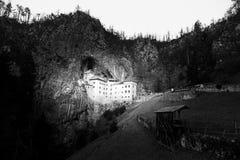 Castelo medieval de Predjama perto de Postojna, Eslovênia, Europa, versão preto e branco Fotografia de Stock
