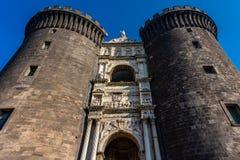 Castelo medieval Maschio Angioino em um dia de ver?o em N?poles imagem de stock royalty free