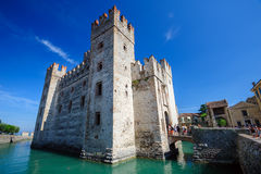 Castelo medieval Scaliger na cidade velha Sirmione no lago Lago di Garda, Itália do norte Foto de Stock