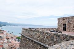 Castelo medieval situado no calabro do pizzo, Italia imagem de stock