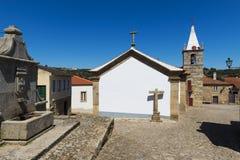 Castelo Mendo历史的村庄的看法,在葡萄牙,有房子和教会的 免版税库存图片