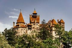 Castelo misterioso do farelo Residência do vampiro de Dracula nas florestas de Romênia foto de stock royalty free
