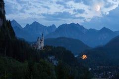 Castelo mundialmente famoso de Neuschwanstein na noite imagens de stock royalty free