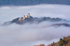 Castelo na névoa fotografia de stock royalty free