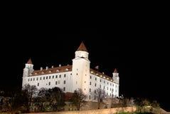 Castelo na noite, capital Bratislava de Bratislava, Eslováquia fotografia de stock royalty free