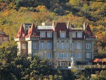 Castelo nas montanhas imagens de stock