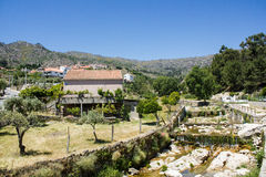 Castelo Novo деревни река Alpreade в сторону на ноге Serra da Estrela (Estrela Mouns) в провинции Beira Baixa, Португалии Стоковое Изображение