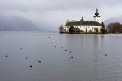 Castelo Ort do lago (Seeschloss Ort). Foto de Stock Royalty Free