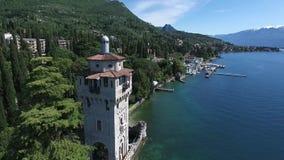 Castelo Panorama do lago lindo Garda cercado por montanhas, Itália Tiro video com zangão vídeos de arquivo