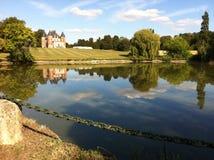 Castelo perfeito da imagem com um lago Imagens de Stock