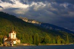 Castelo/porto velhos em Switzerland ao lado do lago imagens de stock royalty free