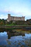 Castelo régio de Dunvegan no Loch de Dunvegan Foto de Stock Royalty Free