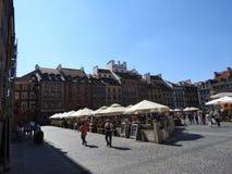 Castelo real, condomínios velhos na cidade velha de Varsóvia, Polônia Opinião do dia imagens de stock