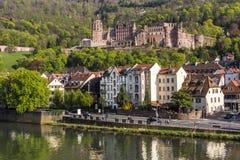 Castelo romântico de Heidelberg do renascimento - marco da cidade famosa da universidade, vista da ponte velha através de Neckar  imagens de stock royalty free