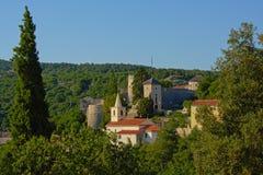 Castelo romano de Trsat e árvores no meio Rijeka do monastério fotografia de stock royalty free