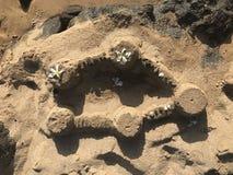 Castelo simples da areia com as decorações do ` s da natureza imagens de stock
