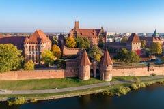 Castelo Teutonic em Malbork, Polônia Silhueta do homem de negócio Cowering imagem de stock