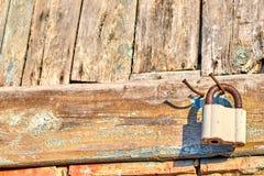 Castelo velho fechado em um prego no fundo de placas idosas da textura imagens de stock royalty free