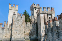 Castelo velho na cidade Sirmione no lago di Garda Fotos de Stock