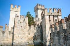 Castelo velho na cidade Sirmione no lago di Garda Fotos de Stock Royalty Free