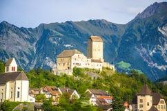 Castelo velho na frente dos cumes das montanhas perto da cidade de Vaduz, Liechtens fotografia de stock