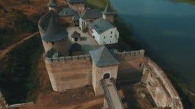 Castelo velho na metragem aérea do zangão do banco de rio video estoque