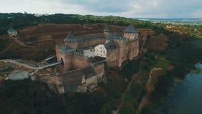Castelo velho na metragem aérea do zangão do banco de rio filme