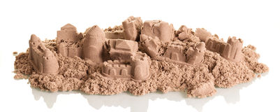 Castelos da areia destruídos isolados no branco imagem de stock royalty free