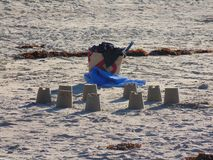 Castelos da areia em uma praia Bretonne fotografia de stock royalty free
