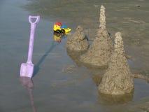 Castelos de areia em uma praia Foto de Stock