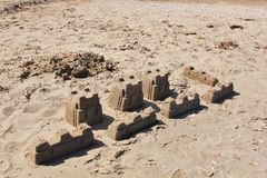 Castelos e barreira da areia na praia Imagem de Stock Royalty Free