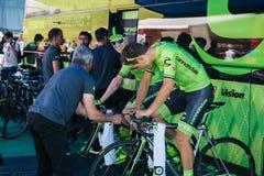 Castelrotto,意大利2016年5月22日;在路辗的专业骑自行车者Cannondale队在困难时期试验攀登前 库存图片