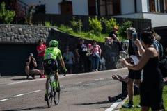 Castelrotto, Italie le 22 mai 2016 ; Cycliste professionnel pendant une montée d'essai de difficulté images libres de droits
