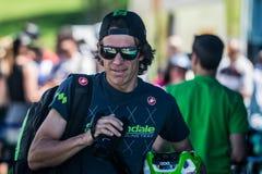 Castelrotto, Italien am 22. Mai 2016; Rigoberto Uran, Berufsradfahrer, spielend mit seinen Mannschaftskameraden und seiner Kamera Lizenzfreie Stockbilder