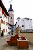 Castelrotto Landschaftsansicht mit Kirchturm Stockfotos