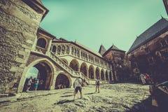 Castelul Corvinilor - in de binnenplaats van het kasteel stock foto