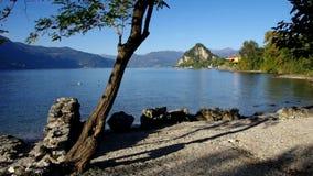 Castelveccana, der Strand Cinque Arcate auf See Lago Maggiore in Nord-Italien stock video