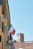 Castelvecchio и итальянский флаг Стоковые Фотографии RF