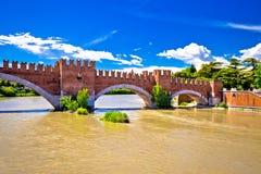 Castelvecchiobrug op Adige-rivier in Verona stock foto