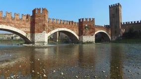 Castelvecchiobrug in Verona, Italië stock videobeelden